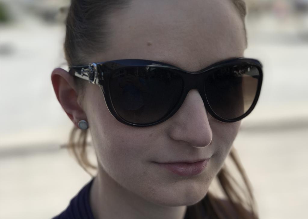 První výherkyní naší Velké soutěže roku 2017 se stala paní Vozábová. Na fotce se svými novými brýlemi značky Dior.